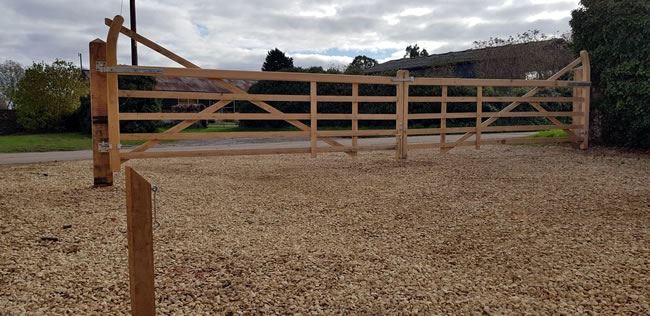 Curved heel field gates